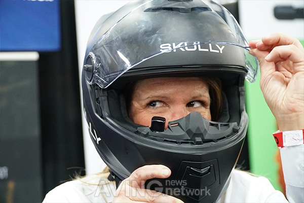 Skully showed 'SKULLY FENIX AR', a smart helmet for a ...